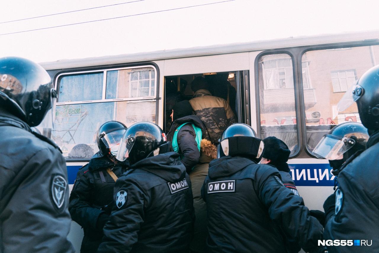 Всех задержанных садили в автобус