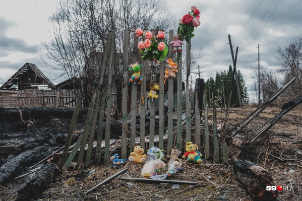 Люди принесли игрушки к месту трагедии в деревне Утёс
