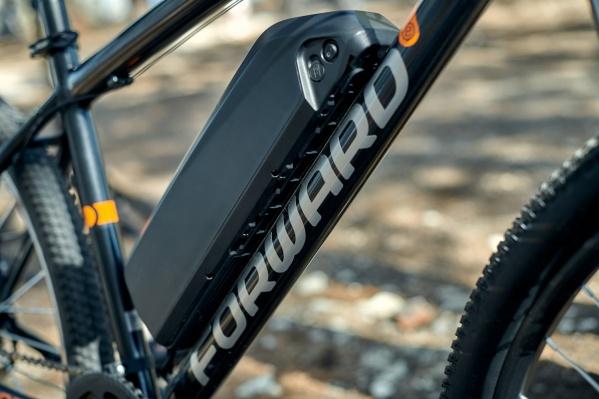Электровелосипед можно узнать по такой коробке на корпусе
