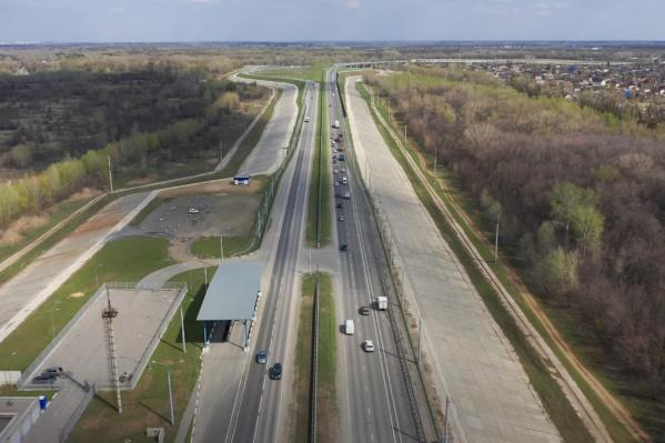 Александр Блинков пролетел по утвержденному для строительства маршруту и показал дубы и коттеджи на пути новой трассы через пойму