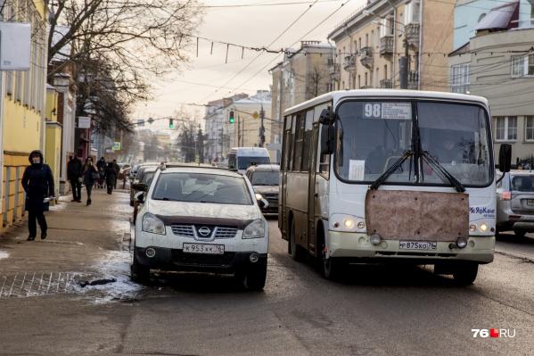 Транспортники сообщили, что по работе 98-й маршрутки к ним поступило сразу несколько жалоб