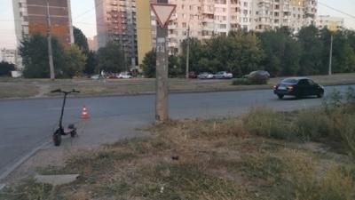 В Самаре автомобилист сбил молодого человека на электросамокате