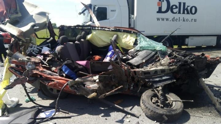 На трассе Москва — Уфа грузовик столкнулся с «Фордом». 11-летний мальчик погиб