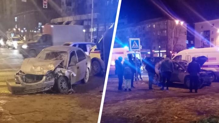 В Екатеринбурге Renault лоб в лоб протаранил легковушку Hyundai