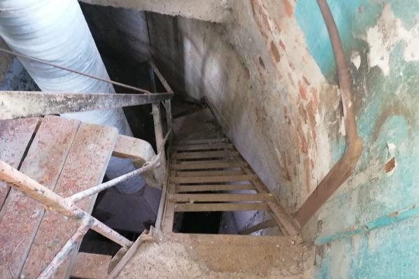 По предварительной версии следствия, в помещении, где работала женщина, не работал вентилятор, поэтому там скопились токсичные газы