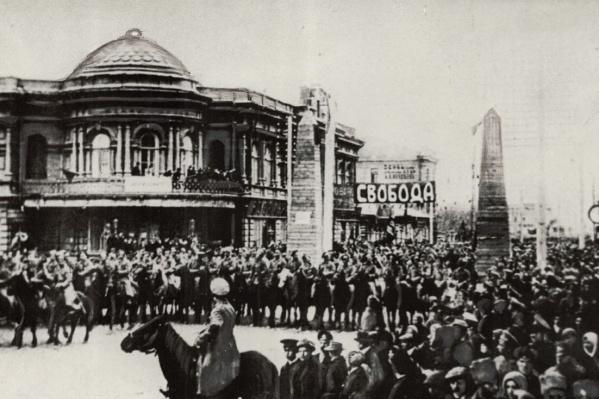 Красноярцы шествуют по одной из центральных улиц города