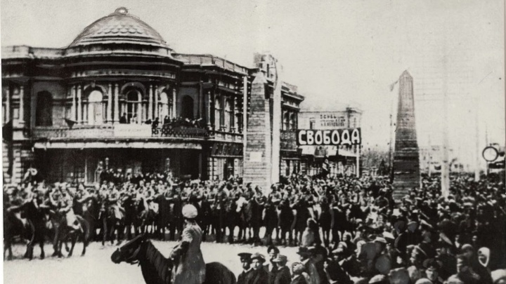 «В детстве ходили как патриоты»: воспоминания и архивные фото с первомайских демонстраций в Красноярске