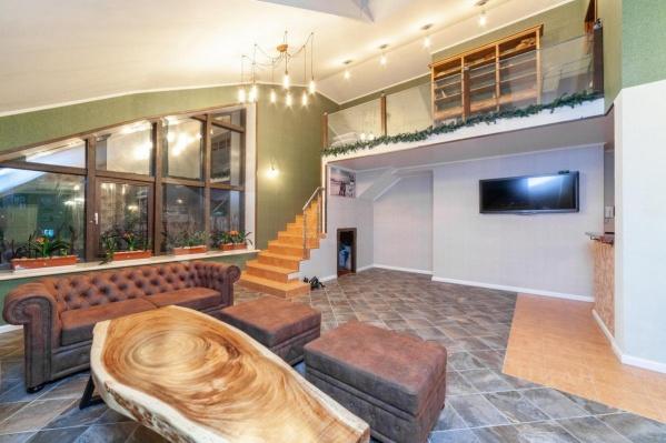 """Общая площадь этой необычной квартиры — <nobr class=""""_"""">402 квадратных</nobr> метра. Чтобы стать новым владельцем апартаментов, заплатить нужно ровно <nobr class=""""_"""">35 миллионов</nobr> рублей"""
