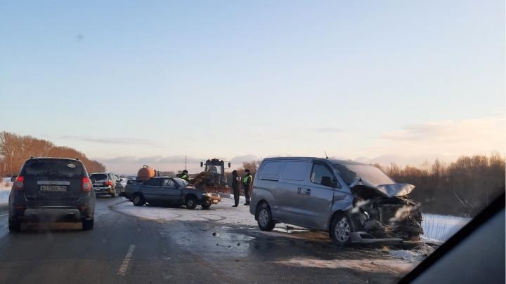 Водитель Toyota выехал на встречную полосу и столкнулся с Hyundai на Ордынской трассе