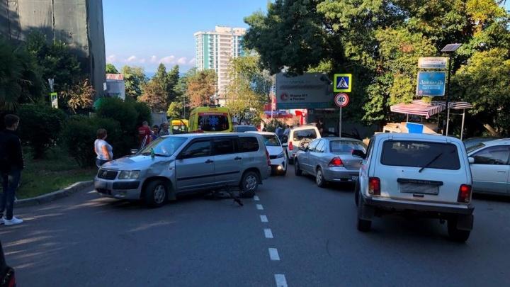 В Сочи госпитализировали водителя самоката, который врезался в машину