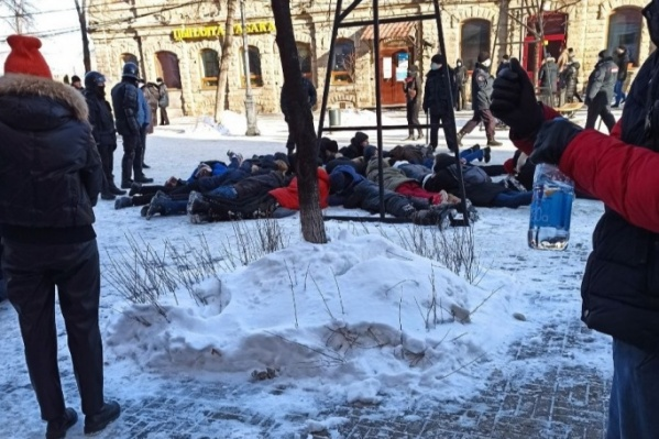 На главной пешеходной улице Челябинска с десяток молодых людей просто положили лицом на землю, но после многочисленных возмущений очевидцев через какое-то время разрешили подняться и увезли их в райотдел полиции