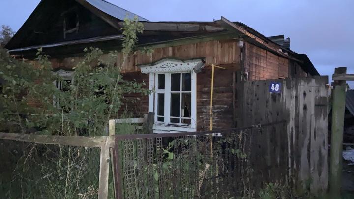 На пожаре в Тобольске погиб 74-летний пенсионер — дом сгорел дотла