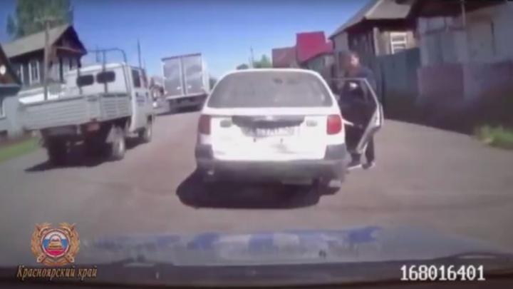 Отчим посадил за руль пасынка, чтобы научить водить, но их поймала полиция