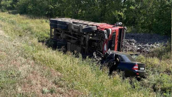 На трассе под Самарой грузовик раздавил «Приору»