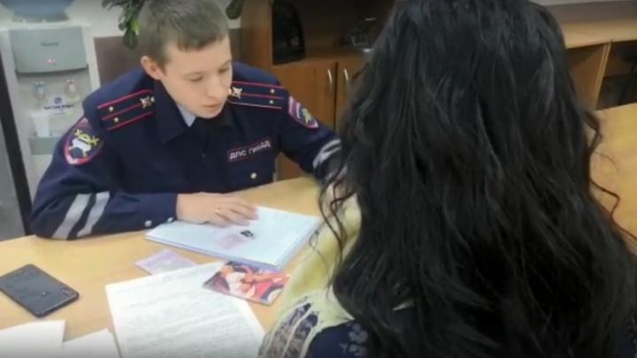 Полиция проверит семью красноярцев, усадивших за руль плачущую 2-летнюю девочку