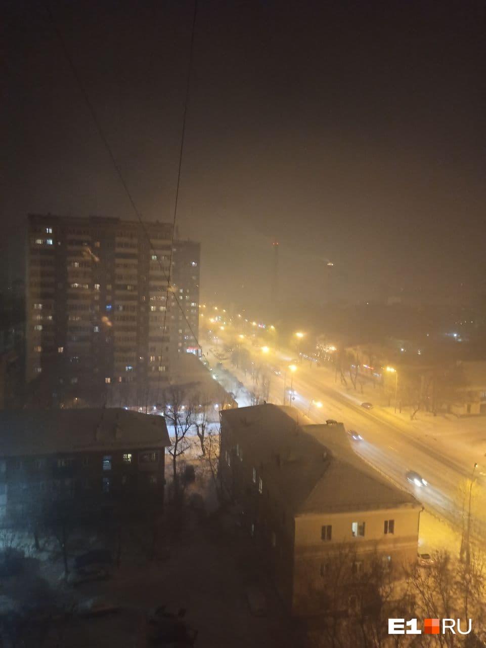 Местные жители пожаловались на едкий смог со специфическим запахом технической гари