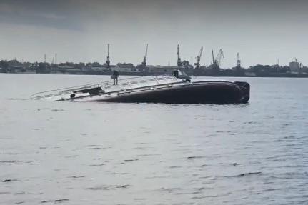По словам очевидцев, судно ушло ко дну за считаные минуты. На борту до последнего находились люди
