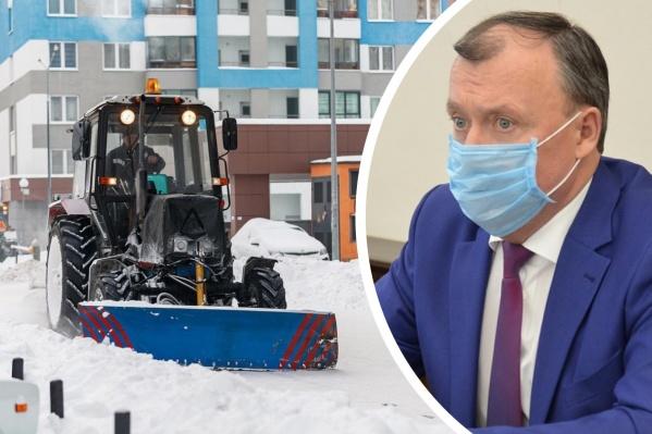 На город выпало уже больше 200 тысяч тонн снега, но убирать их не успевают