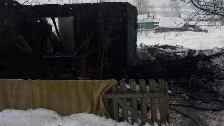 «Жить бы да жить, но не могли без выпивки»: жители села Перемское рассказали о многодетной семье, погибшей на пожаре