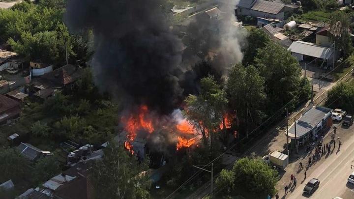 В частном секторе на ВИЗе произошел крупный пожар