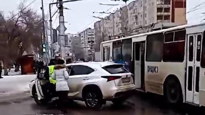 «Наверное, я такая дурочка, что уехала»: женщина в Lexus считает, что троллейбус специально таранил ее машину