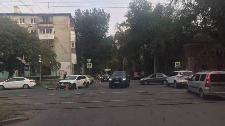 Бампер оторвало: появилось видео последствий столкновения такси с мотоциклом