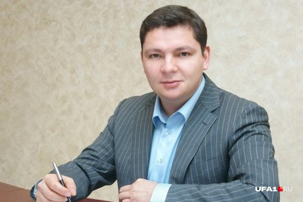 Еще не закончив университет, чиновник стал директором «Телекомпании Урал». Ему было всего 22 года