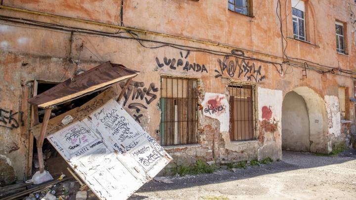 Не верится, что это центр города: дом в самом сердце Ярославля превратился в бомжатник