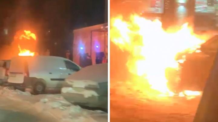 В центре Новосибирска загорелся BMW— очевидцы пытались потушить его снегом