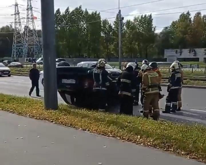 Лопнувшее колесо отправило Ford через трамвайные пути на Дальневосточном. Он упал на крышу, чуть не долетев до столба