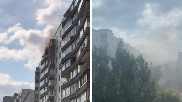 В Новосибирске шквалистый ветер перекинул огонь из горящей квартиры на соседний балкон