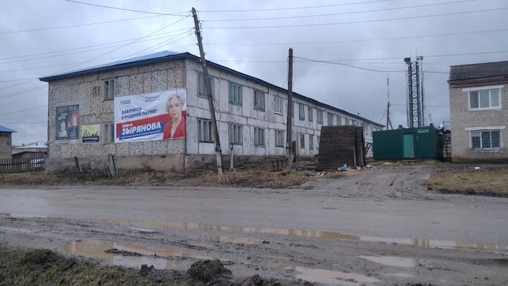 Варламов высмеял плакат депутата на фоне разрухи в Гайнах. В администрации говорят, что территорию готовят к благоустройству