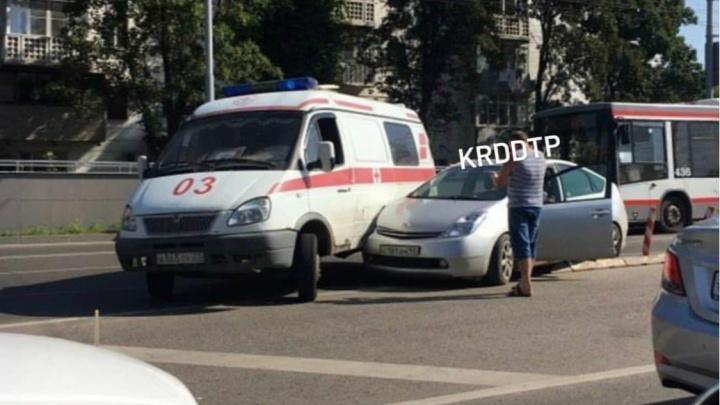В Краснодаре машина скорой помощи врезалась в легковушку