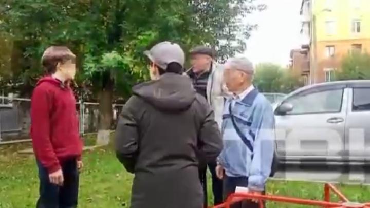 «Сейчас психану и выбью зубы»: двое пенсионеров решили выгнать подростков с детской площадки