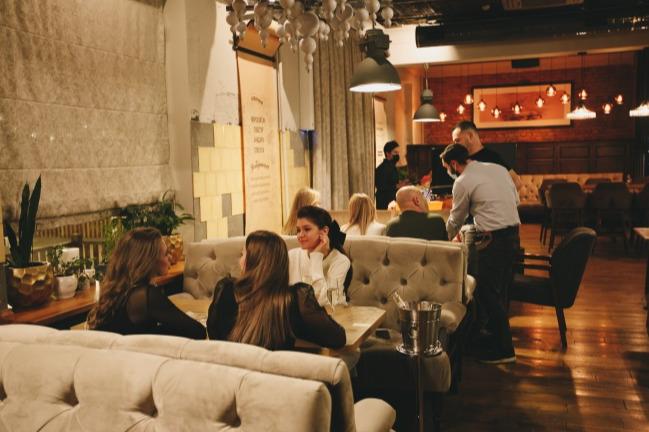 «Нам — сразу приговор»: как владельцы челябинских баров и ресторанов отреагировали на новый локдаун