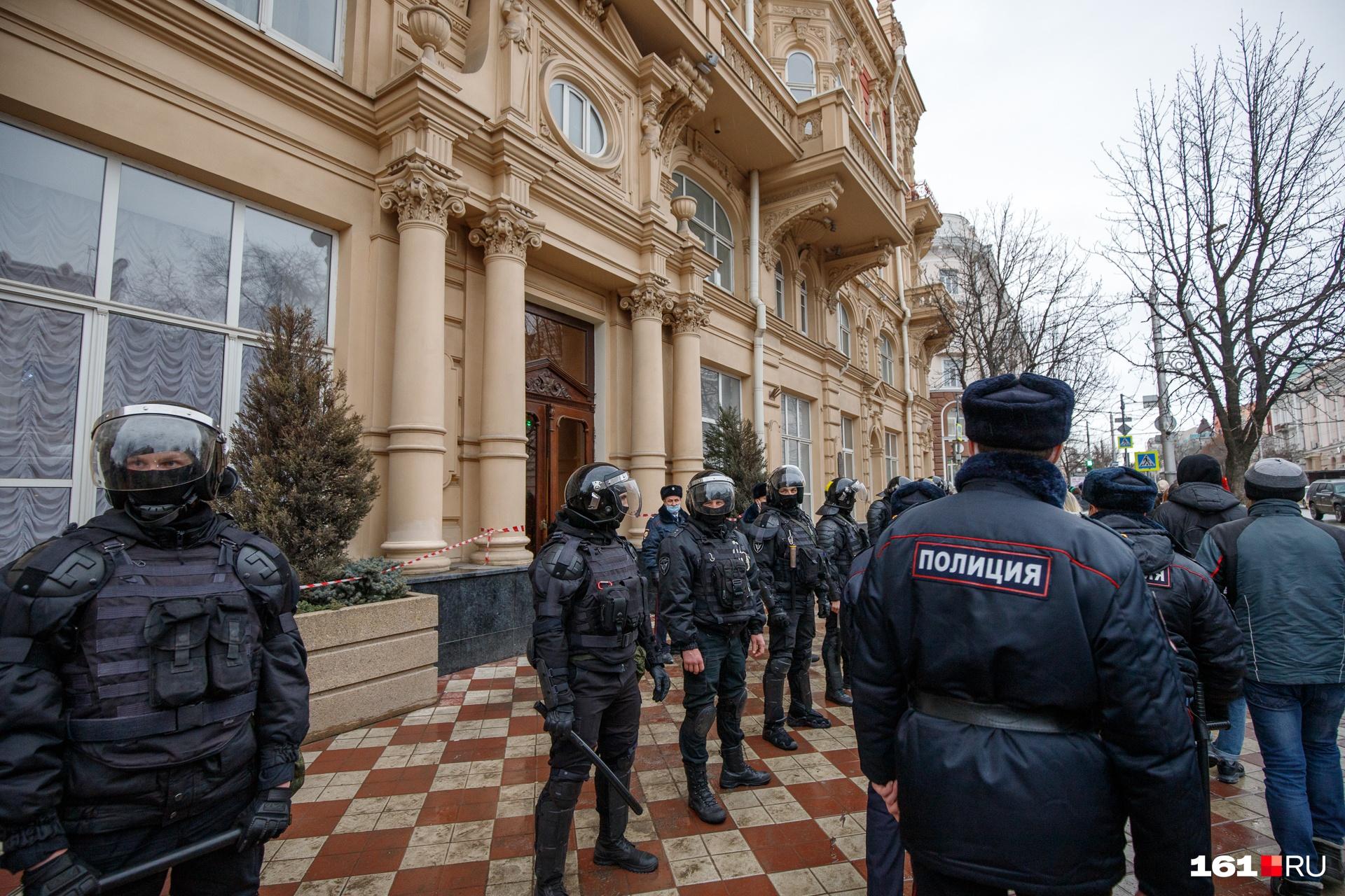 Полицейские и росгвардейцы оцепили здание ростовской администрации