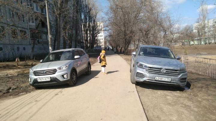 «Дяденька, мы же здесь ходим!»: автохамы Волгограда оккупировали подъезды к школам