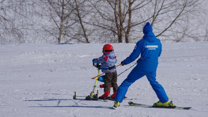 В День снега волонтеры из Новосибирска поставили на горные лыжи детей-инвалидов