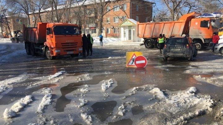 «Лужи затягивает льдом»: из-за прорыва трубы в Зубчаниновке 3 дома остались без воды