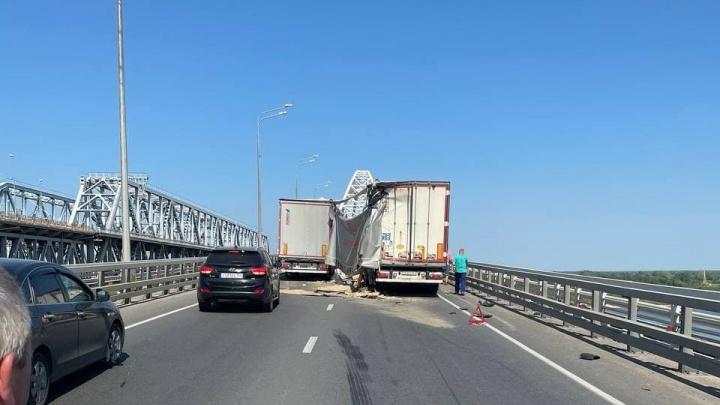 Выезд из города оказался заблокирован. Две фуры не поделили Борский мост
