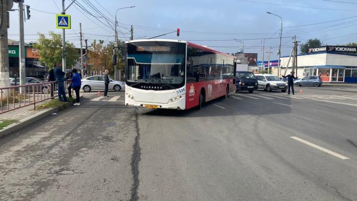 Было аж две скорых: в Волгограде попал на видео наезд автобуса на пенсионерку