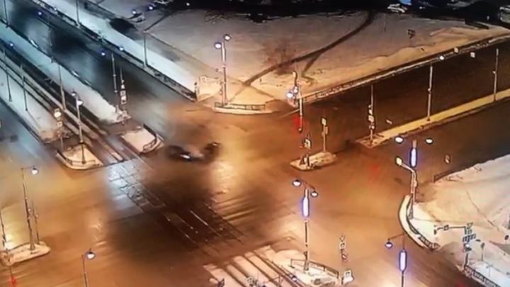 Камера наблюдения сняла, как на Токарей — Татищева на большой скорости столкнулись легковушки