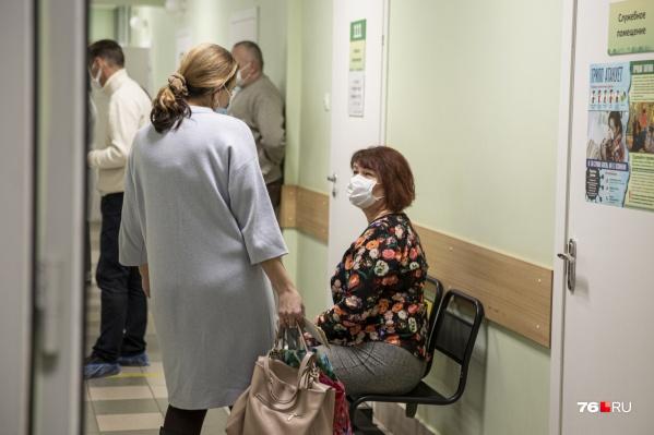 Диспансеризацию можно пройти в поликлинике по месту жительства — каждый год составляются списки тех, чья очередь подошла