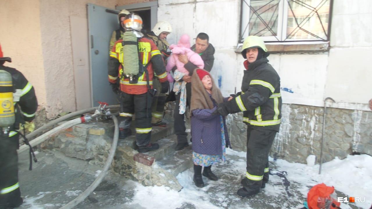Пожарные эвакуировали спомощью масок дыхательных аппаратов тридцать человек, среди них было семь детей