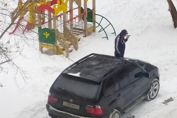 Тот самый BMW на детской площадке. Водителя, похоже, ничего не смущает