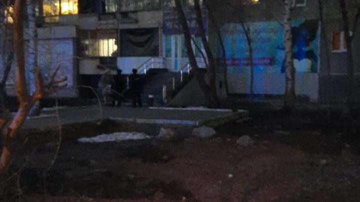 Ребенку, выпавшему из окна шестого этажа на ЖБИ, врачи делают операцию