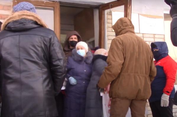 Толпа у входа в здание думы и администрации Александровска