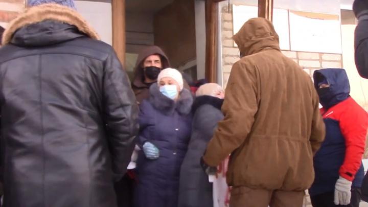 Депутатов Александровска не пустили в здание администрации — они провели заседание на 30-градусном морозе