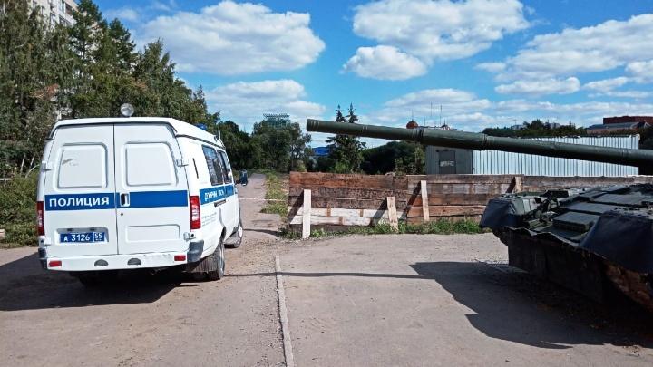 Снаряд у набережной Оми пообещали вывезти завтра — территория оцеплена уже три дня