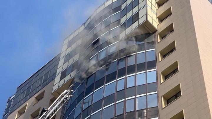 В Челябинске на пожар в 17-этажном доме стянули десяток машин МЧС